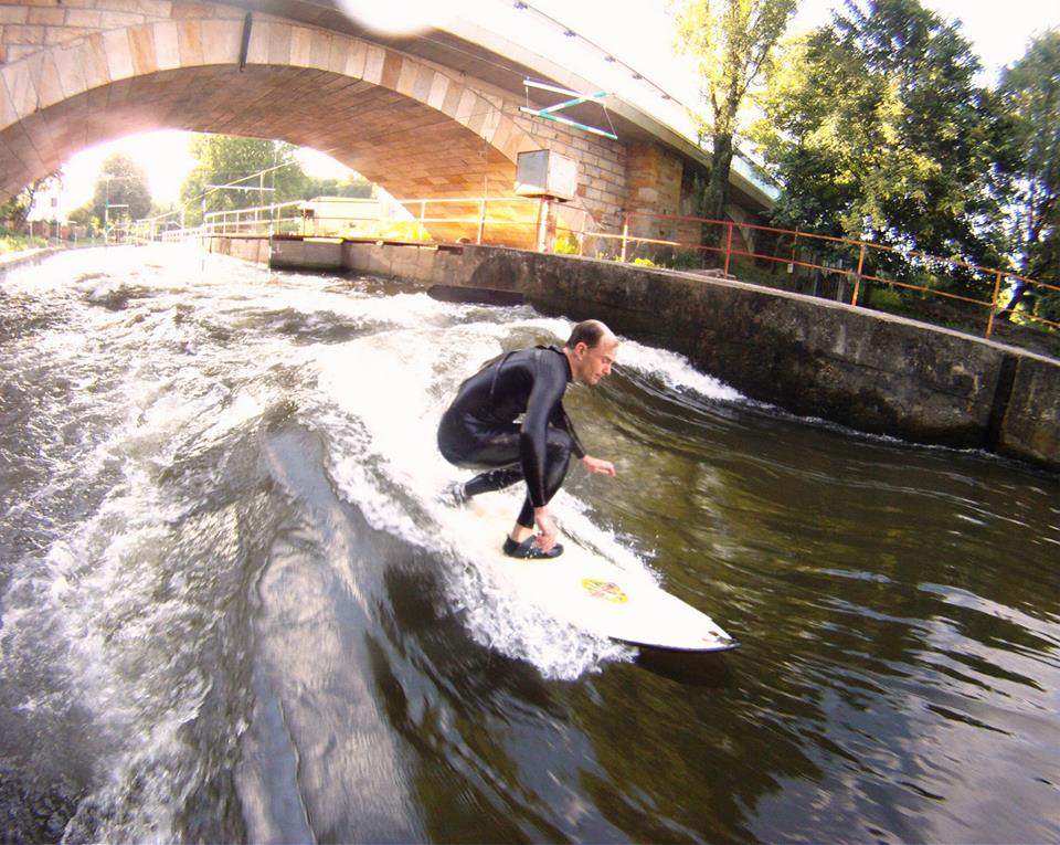 surfing-umela-vlna-pod-zamkem-v-cr-kanal-brandys-nad-labem-paddleboarding-sup-red